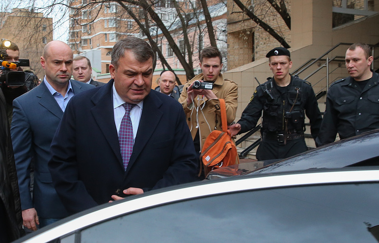 Anatoly Serdyukov (second from left) getting into a car (archive)