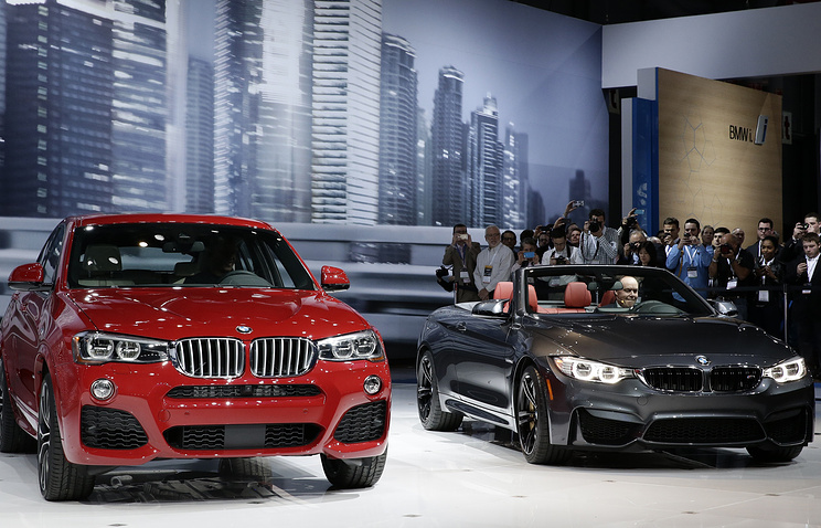 The new BMW X4 (L) and the X4 convertible