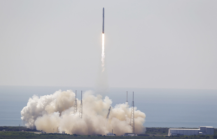 The SpaceX Falcon 9 rocket and Dragon spacecraft lifts off from Space Launch Complex 40 at the Cape Canaveral Air Force Station in Cape Canaveral, Fla., Sunday, June 28, 2015