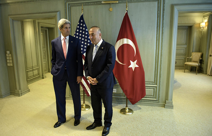 US Secretary of State John Kerry and Turkey's Foreign Minister Mevlut Cavusoglu (archive)