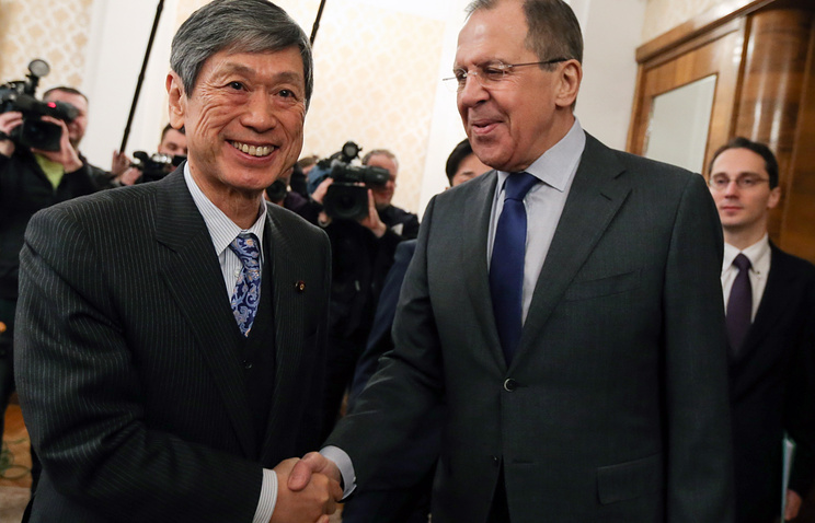 Former Japanese Foreign Minister Masahiko Komura and Russian Foreign Minister Sergey Lavrov