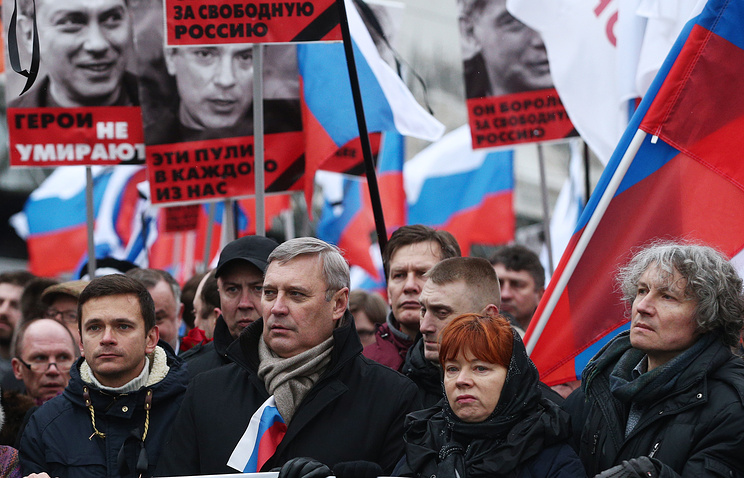 Leader of Russia's Parnas party Mikhail Kasyanov (center)