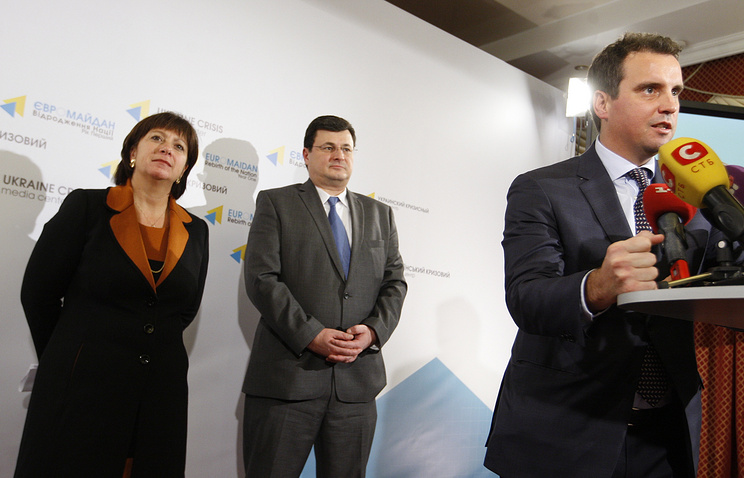Ukraine's Finance Minister Natalie Jaresko and Healthcare Minister Alexander Kvitashvili look on as Economic Development and Trade Minister Aivaras Abromavicius (L-R) speaks at a news conference