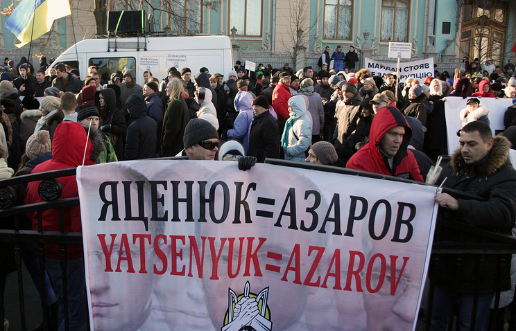 Protesters with a poster comparing Arseniy Yatsenyuk to Ukraine's previous prime minister Mykola Azarov (archive)