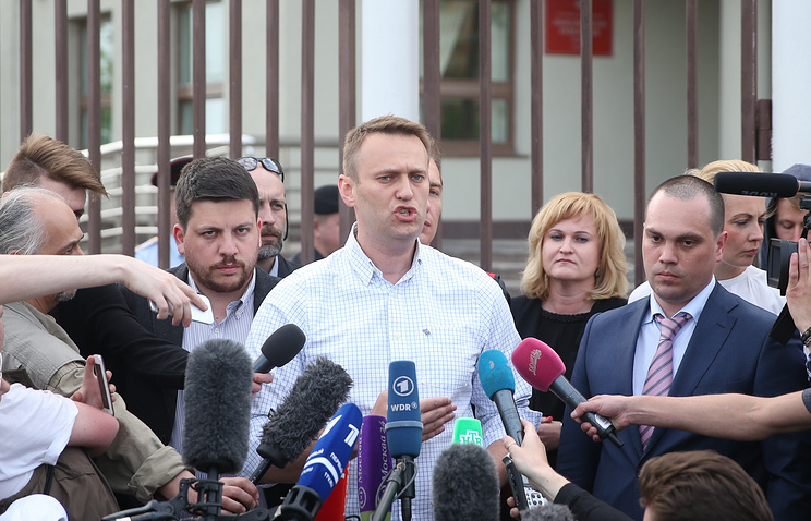 Alexei Navalny (center)