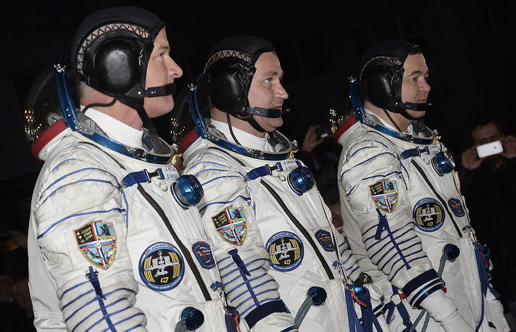 US astronaut Jeffrey Williams, Russian cosmonauts Aleksey Ovchinin and Oleg Skripochka (L-R)