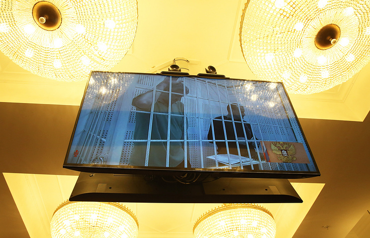 Stanislav Klykh and Nikolay Karpyuk shown on the screen in Russia's Supreme Court