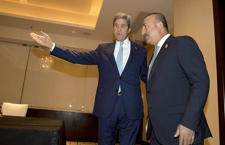 US Secretary of State John Kerry (left) and Turkish Foreign Minister Mevlut Cavusoglu (right)
