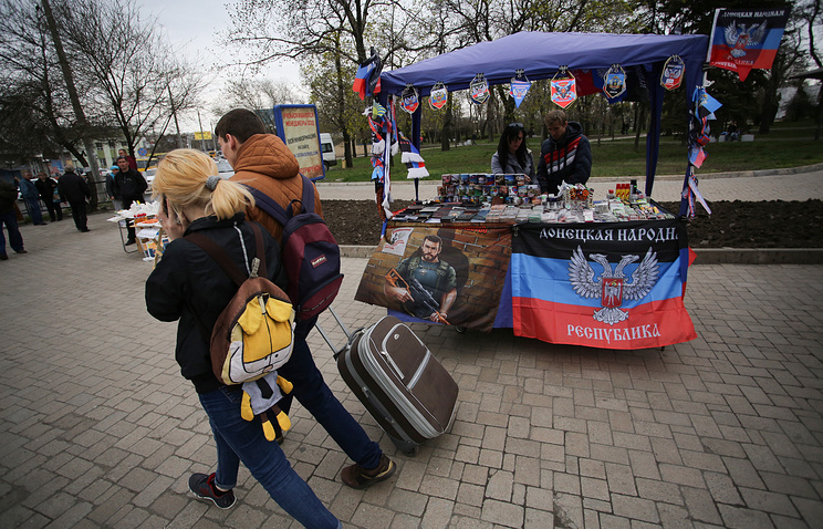 People in central Donetsk