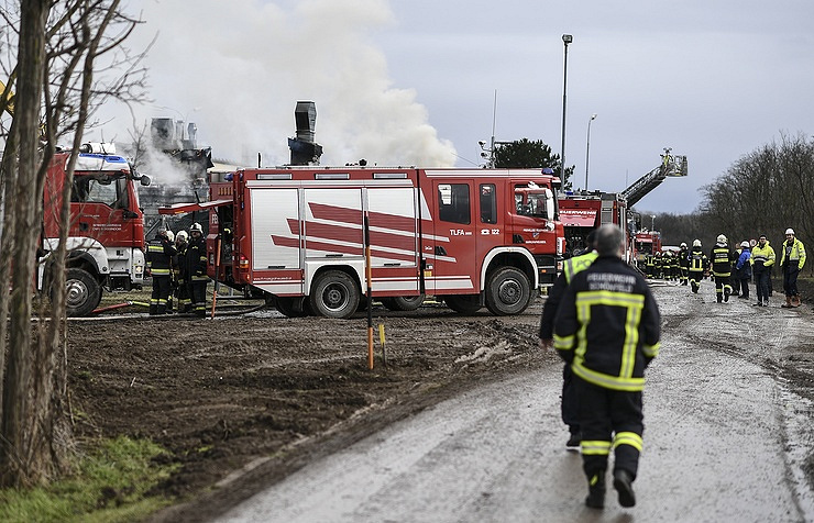 Fatal gas plant explosion 'injures 18' and melts cars
