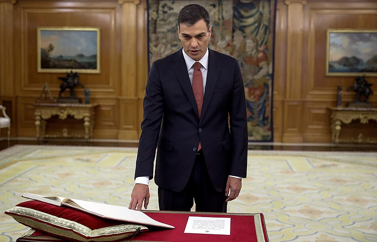 Spain's new leader is sworn in, faces Catalan conundrum