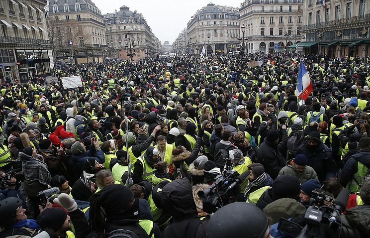 Macron to Yellow Vests Protesters Ahead of Expected Rally: 'Calm Down'