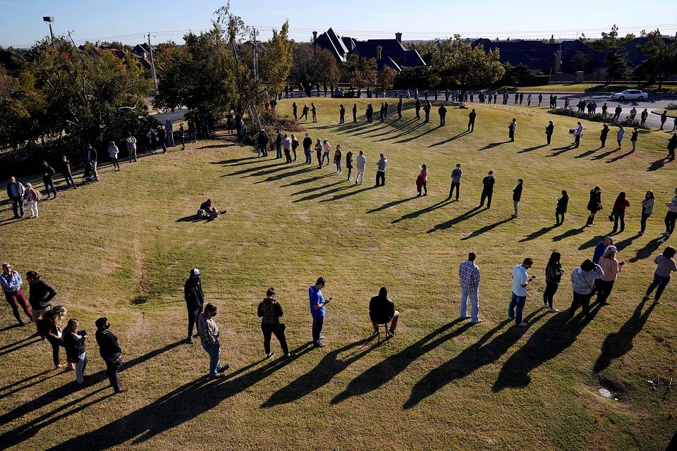 Voters waiting in a long line to cast their ballots at Church of the Servant in Oklahoma City, November 3, 2020 REUTERS/Nick Oxford